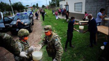 El Ejército Argentino reparte alimentos