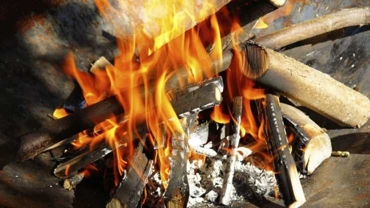 Parrilla gaucha con madera y fuego