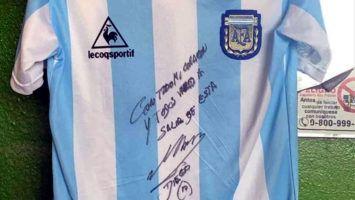 Subastan camiseta de Diego Maradona